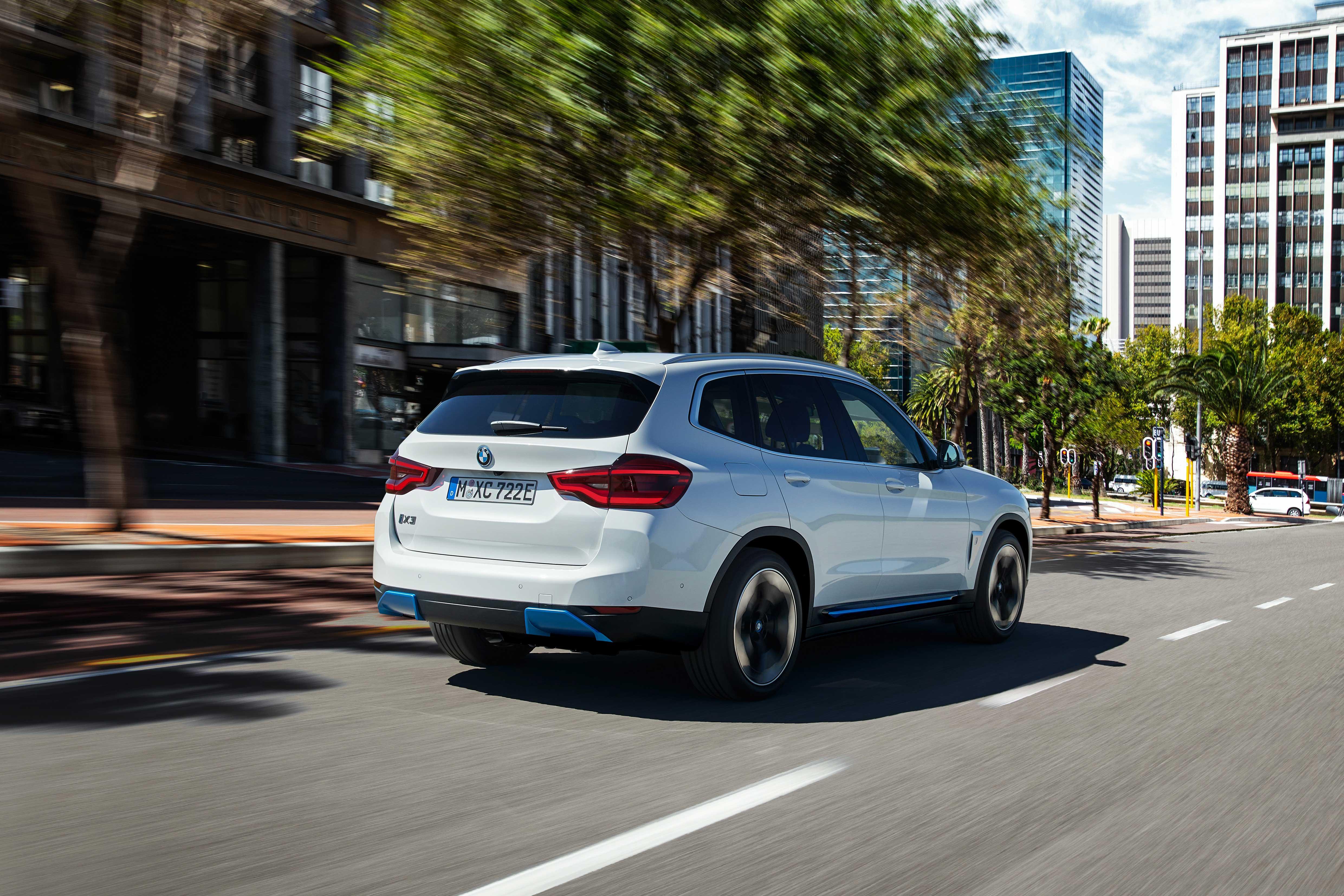 Yeni-BMW-iX3-arka