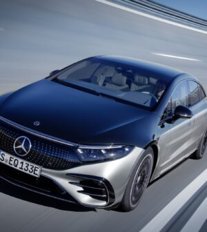 Mercedes-EQ, EQS 580 4MATIC, Exterieur, Farbe: hightechsilber/obsidianschwarz, AMG-Line, Edition 1;( Stromverbrauch kombiniert: 20,0-16,9 kWh/100 km; CO2-Emissionen kombiniert: 0 g/km);Stromverbrauch kombiniert: 20,0-16,9 kWh/100 km; CO2-Emissionen kombiniert: 0 g/km*  Mercedes-EQ, EQS 580 4MATIC, Exterior, colour: high-tech silver/obsidian black, AMG-Line, Edition 1; (combined electrical consumption: 20.0-16.9 kWh/100 km; combined CO2 emissions: 0 g/km);Combined electrical consumption: 20.0-16.9 kWh/100 km; combined CO2 emissions: 0 g/km